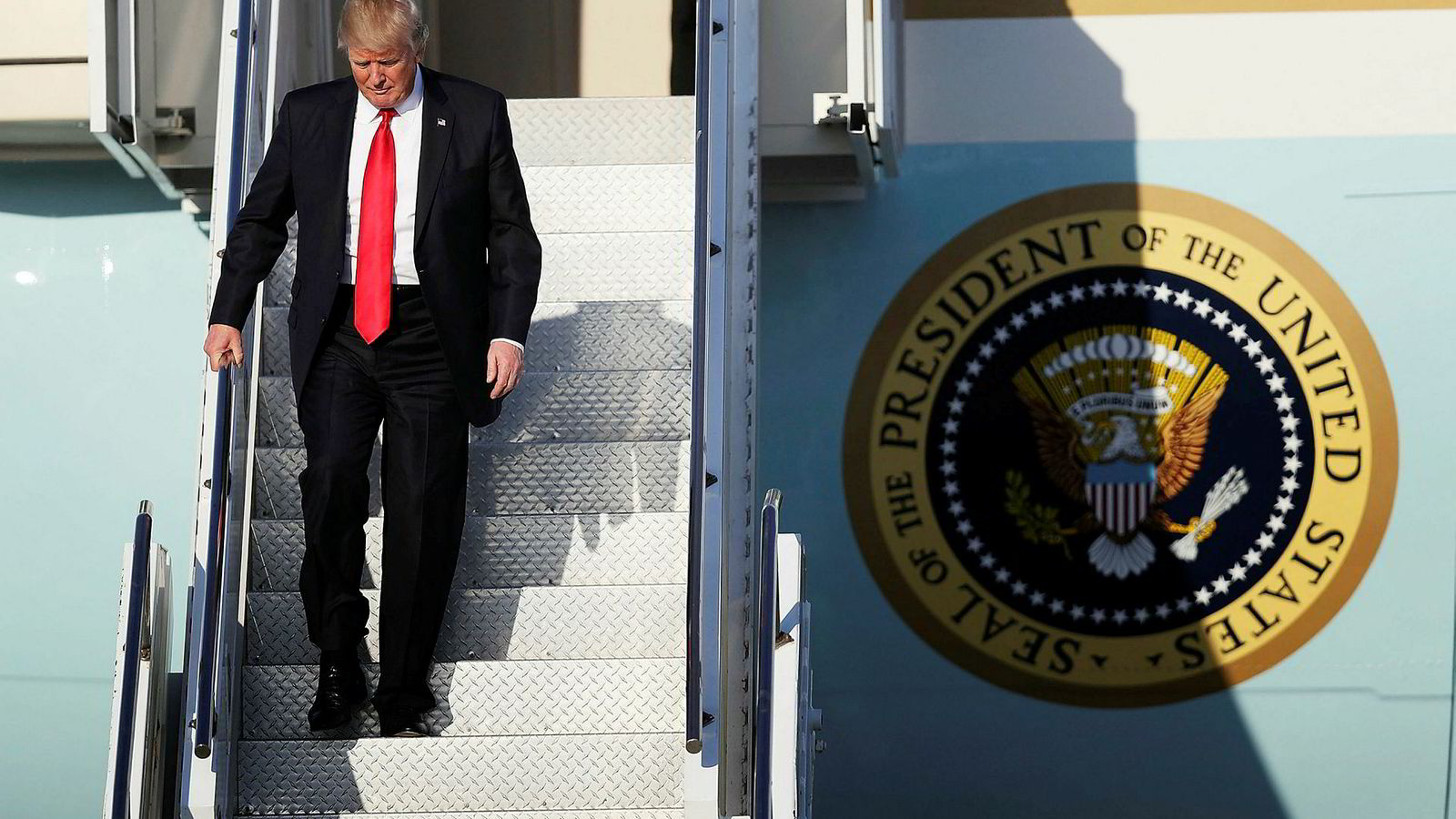 USAs president Donald Trump har to ganger blitt avvist i rettssystemet med immigrasjonsforbudet de siste dagene. Fredag ankom Trump flyplassen Palm Beach i Florida og tilbrakte helgen på sitt private resort Mar-a-Lago.