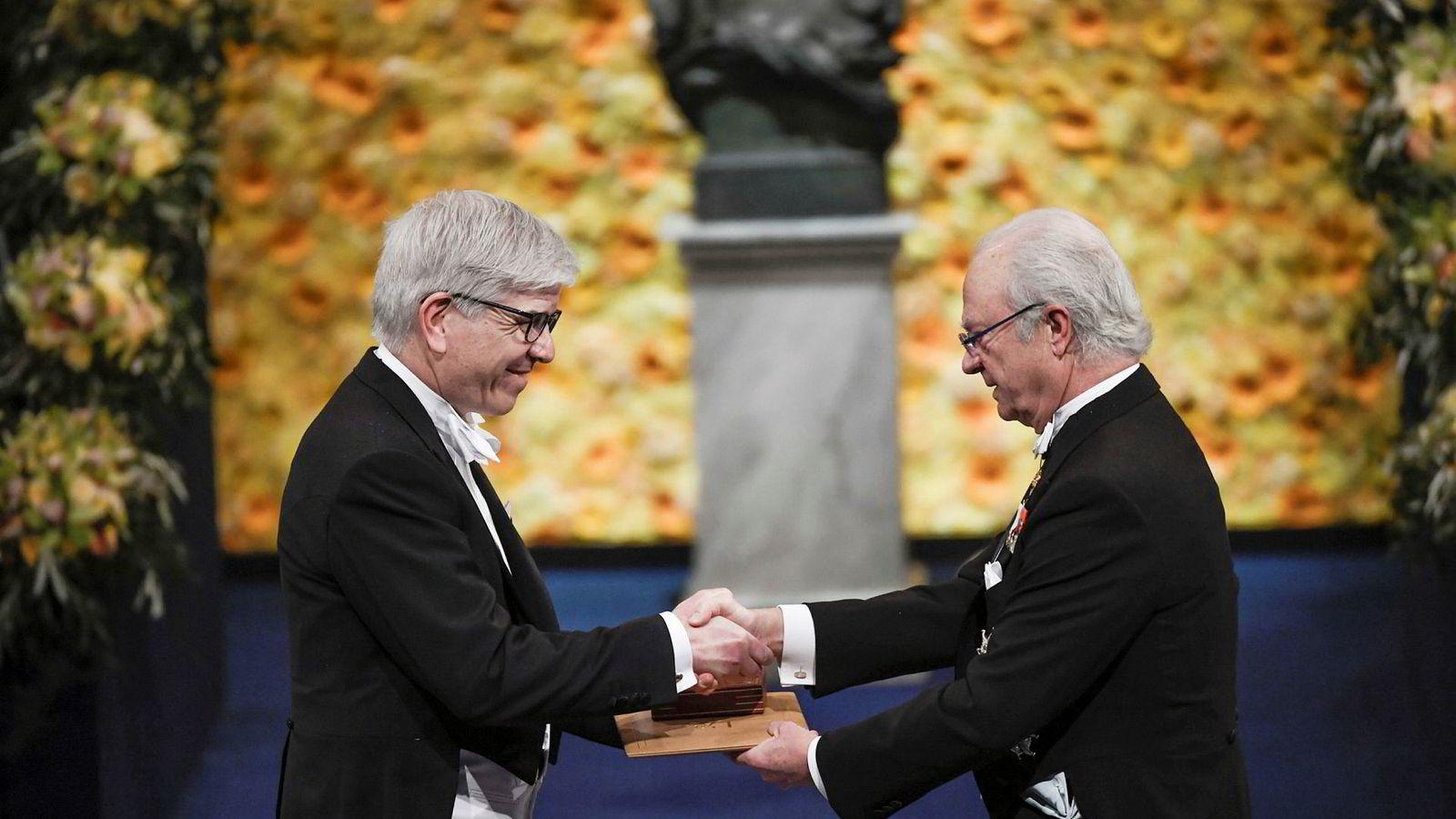 Paul M. Romer overrekkes Nobelprisen i økonomi av Sveriges konge Carl Gustaf under Nobelseremonien i desember 2018.