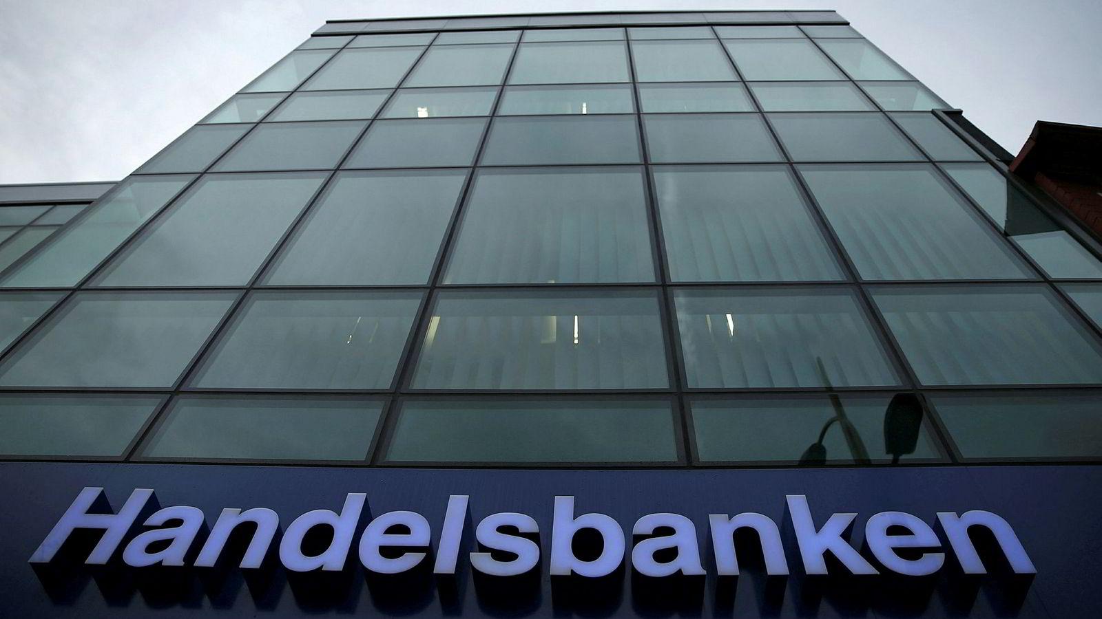 Handelsbanken har mistet flest kvinnelige toppledere det siste året. Der var hver tredje i ledergruppen kvinne i fjor, men i dag er administrerende direktør Carina Åkerström alene kvinne tilbake i toppen.