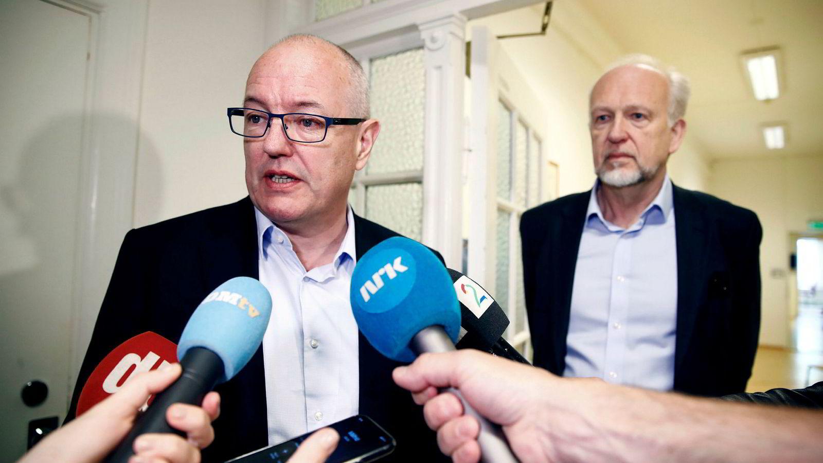 Styreleder ved Oslo universitetssykehus Gunnar Bovim kunngjorde mandag at Bjørn Erikstein trekker seg som øverste leder for OUS. Det skjedde etter et ekstraordinært styremøte om mistillit til Erikstein fra 16 fagorganisasjoner.