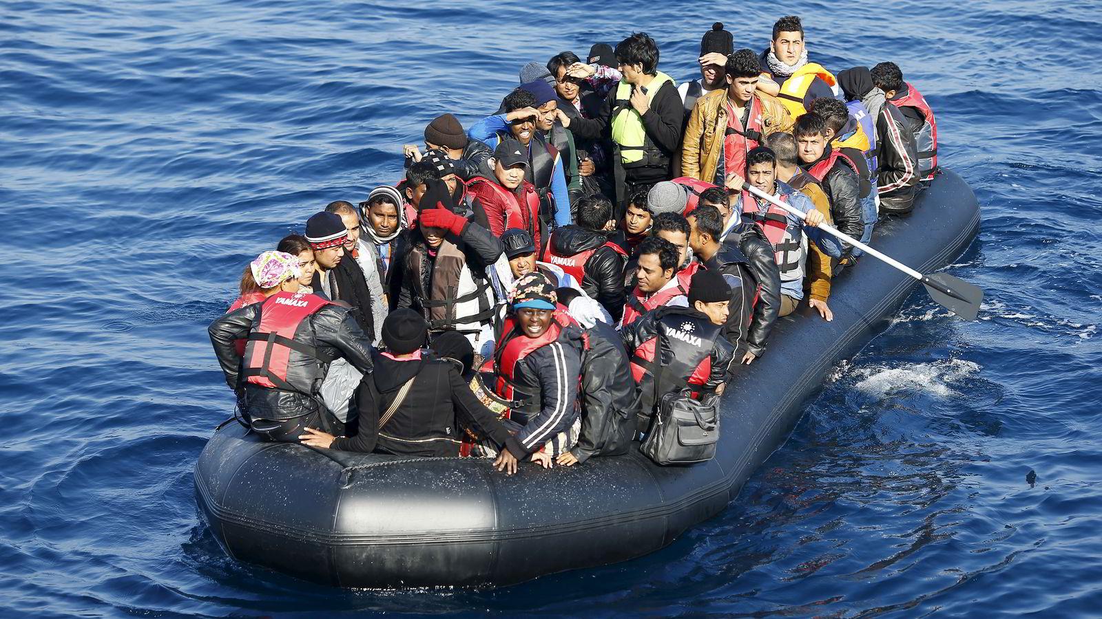 8. november, 2015: Flyktninger i en lettbåt på vei til den greske øya Lesbos fra Tyrkia. Foto: REUTERS/Umit Bektas