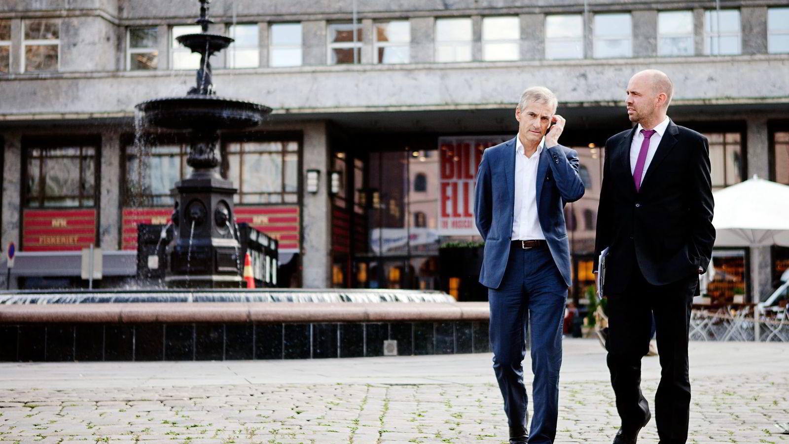 LEGGER OM. Ap-leder Jonas Gahr Støre (til venstre) og stortingsrepresentant Arild Grande varsler omlegging av partiets mediepolitikk. Foto: Javad Parsa