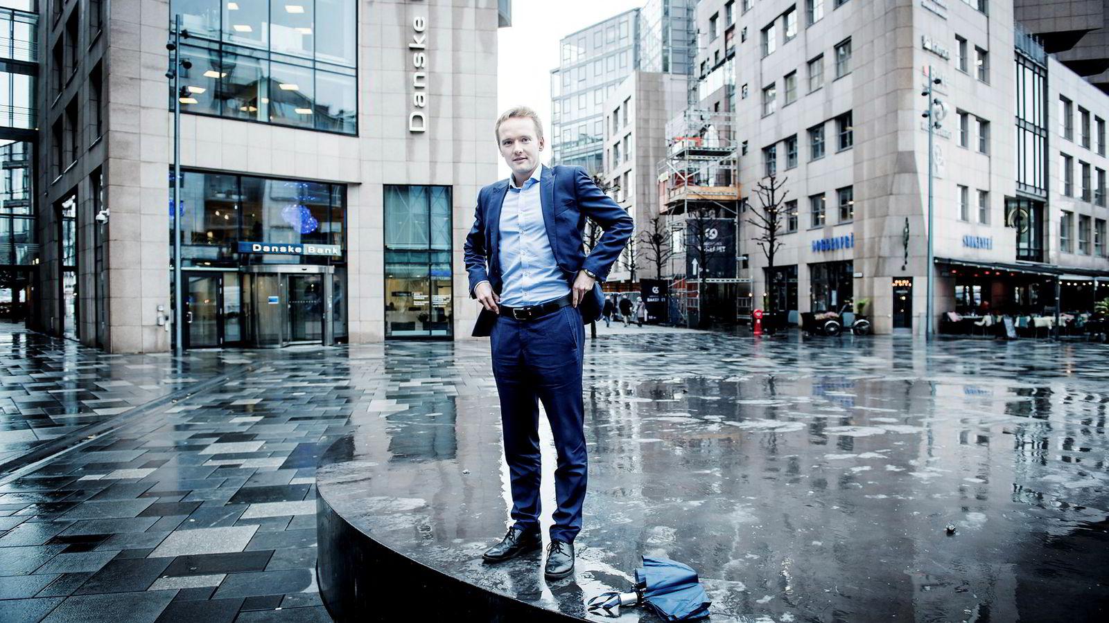 Valutaanalytiker Kjær Kristoffer Lomholt Danske Bank mener den globale usikkerheten er en viktig årsak til at kronen er såpass svak som den er nå.