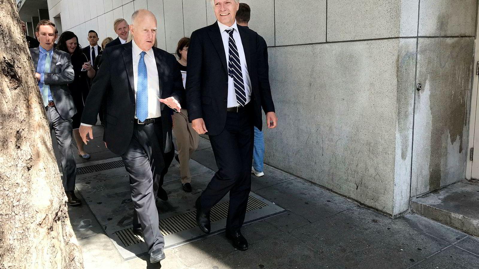 Klima- og miljøminister Ola Elvestuen (til høyre) går sammen med Californias guvernør Jerry Brown (til venstre) under et klimamøte i San Francisco.