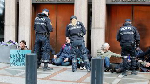 Extinction Rebellion Norge blokkerer Norges Bank. De krever Oljefondet trekkes ut av kull.