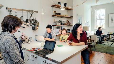 Hjemme hos jusprofessor Amy Sinden (nummer to fra venstre) og kona Branna Herpmann med datteren Ruby er det mobilisering for å få velgere til å stille opp i spesialvalget tirsdag. Også Diane Arnold (til venstre) og Zachary Lesser hjelper til med å ringe rundt.