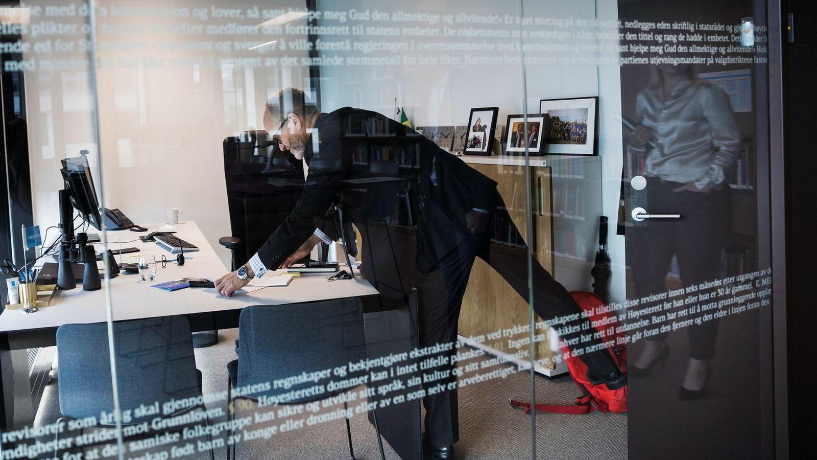 Administrerende partner Finn Bjørnstad i Wikborg Rein venter stor pågang av fusjoner og oppkjøp ut året. I nye lokaler i Vika i Oslo må han tømme pulten for papir før han går fra jobben hver dag.