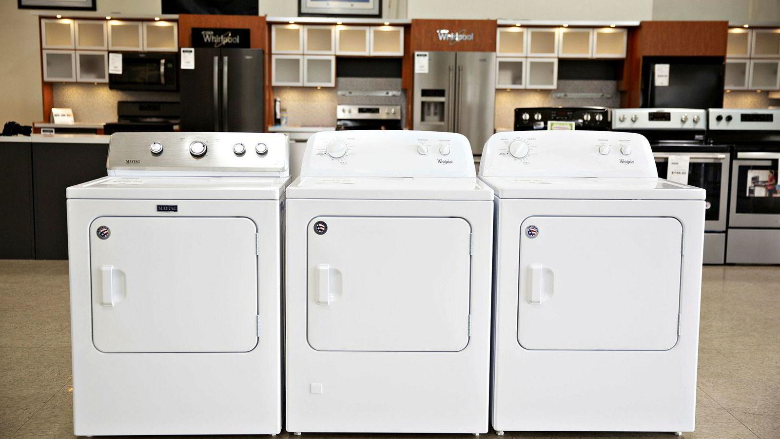 Økt toll på vaskemaskiner i USA øker prisen konsumentene må betale. Tørketromler er fritatt fra den økte tollen, men økte likevel i pris. Her tre tørketromler fra Whirlpool.