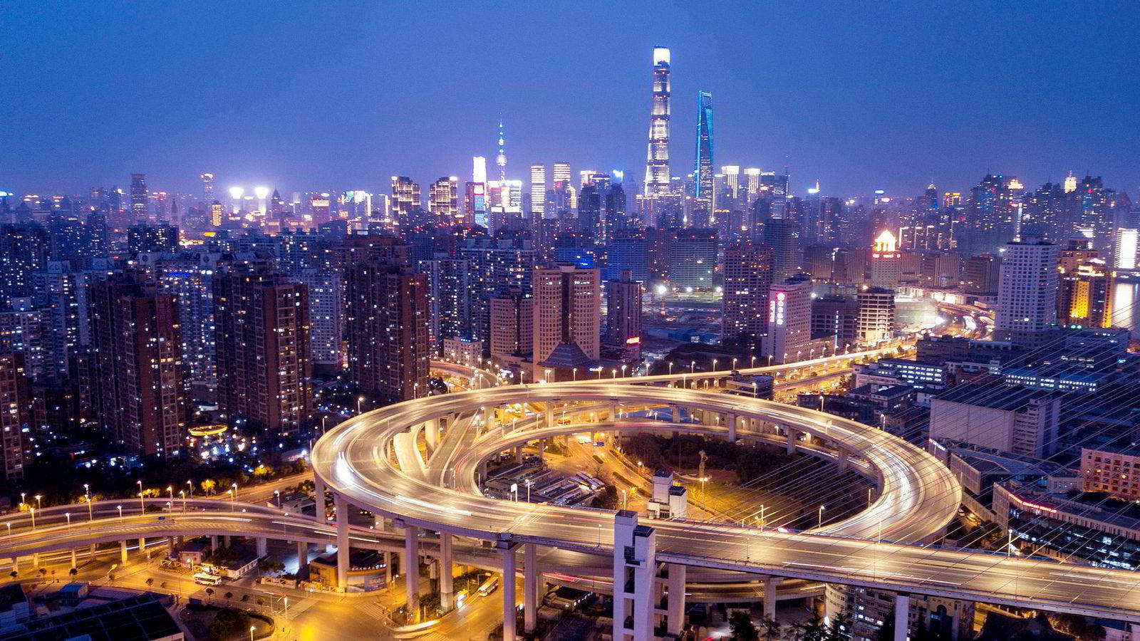 Her fra Nanpu-broen i Shanghai, med sentrum av Shanghai i bakgrunnen.
