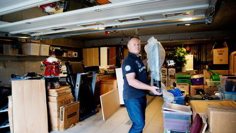 – Jeg sitter vel med en følelse av at boligkjøperforsikring er en fin måte å tjene penger på. Forsikringsselskapet betaler jo aldri ut noen penger, de tilbyr bare advokathjelp, sier Thomas Sætervadet som flytter inn i en eldre enebolig i Hokksund. Foto: Elin Høyland