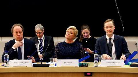 Siv Jensen i kontrollkomiteen torsdag flankert av sine menn i dress med blanke panner. Departementsråd Hans Henrik Scheel (tv) og ekspedisjonssjef Amund Holmsen.
