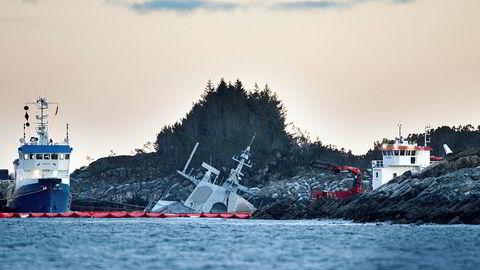 Den havarerte KNM «Helge Ingstad» under arbeidet med å fjerne drivstoff fra fregatteni fjor.