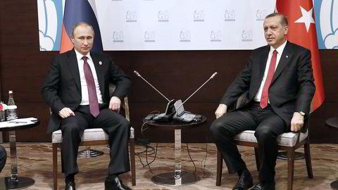 Russlands president Vladimir Putin møter her Tyrkias president Recep Tayyip Erdogan under G20-møtet i den tyrkiske byen Antalya i fjor. Det var før forholdet mellom de to landene forverret seg dramatisk som følge av involveringene i Syria-konflikten. Foto: AFP PHOTO/KAYHAN OZER/POOL