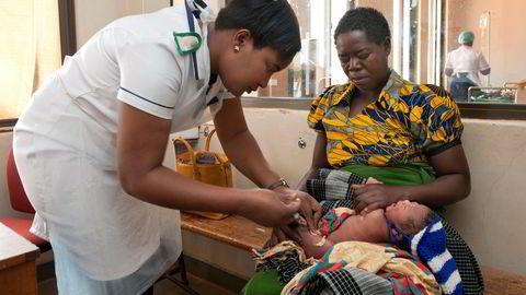 På helsesenteret i Lumbadzi jobber sykepleierne Harriet Amon Mpungwe (til høyre) og Treazer Bonongwe. Etter utdannelsen på Kamuzu College of Nursing er de nå fullt opptatt med dagelige konsulatsajoner i landsbyen som ligger ca. 25 km utenfor hovedstaden Lilongwe. I bakgrunn venter Malita Chipuniro - som er gravid i 8. mnd på å bli undersøkt. Hun har kommet til helsesenteret etterat hun fikk blødninger. Etter sjekk blir hun sendt videre til Bwaila maternity unit i Lilongwe for videre utredning. I forgrunn venter den nybakte mor Chrissy Natani på at det en dager gamle barnet hennes - Tamandam Tamani, skal bli undersøkt. Barnet har en tempratur på 37,6. Begge ble også sendt videre til Bwaila maternity unit for videre utredning. ---