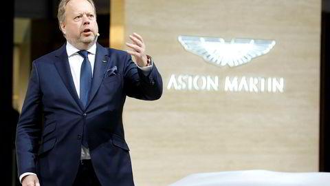 Den britiske luksusbilprodusenten Aston Martin merker svakere salg i sine to viktigste markeder. Her Aston Martin-sjef Andy Palmer på bilmessen i Genève tidligere i år.