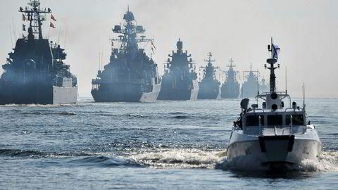 Russland gjennomfører en stor militærøvelse denne uken utenfor kysten av Nord-Norge. Bildet viser krigsskip fra den russiske flåten utenfor St. Petersburg i slutten av juli.