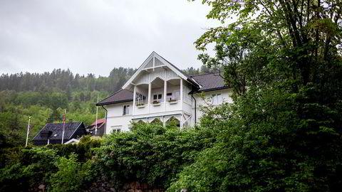 Denne villaen i utsiktsveien Bergstien i Drammen kjøpte eiendomsmegleren i 2016. Så skjønte han alvoret og gikk til Finanstilsynet, som tok fra ham bevillingen. Nå kan han få den tilbake.