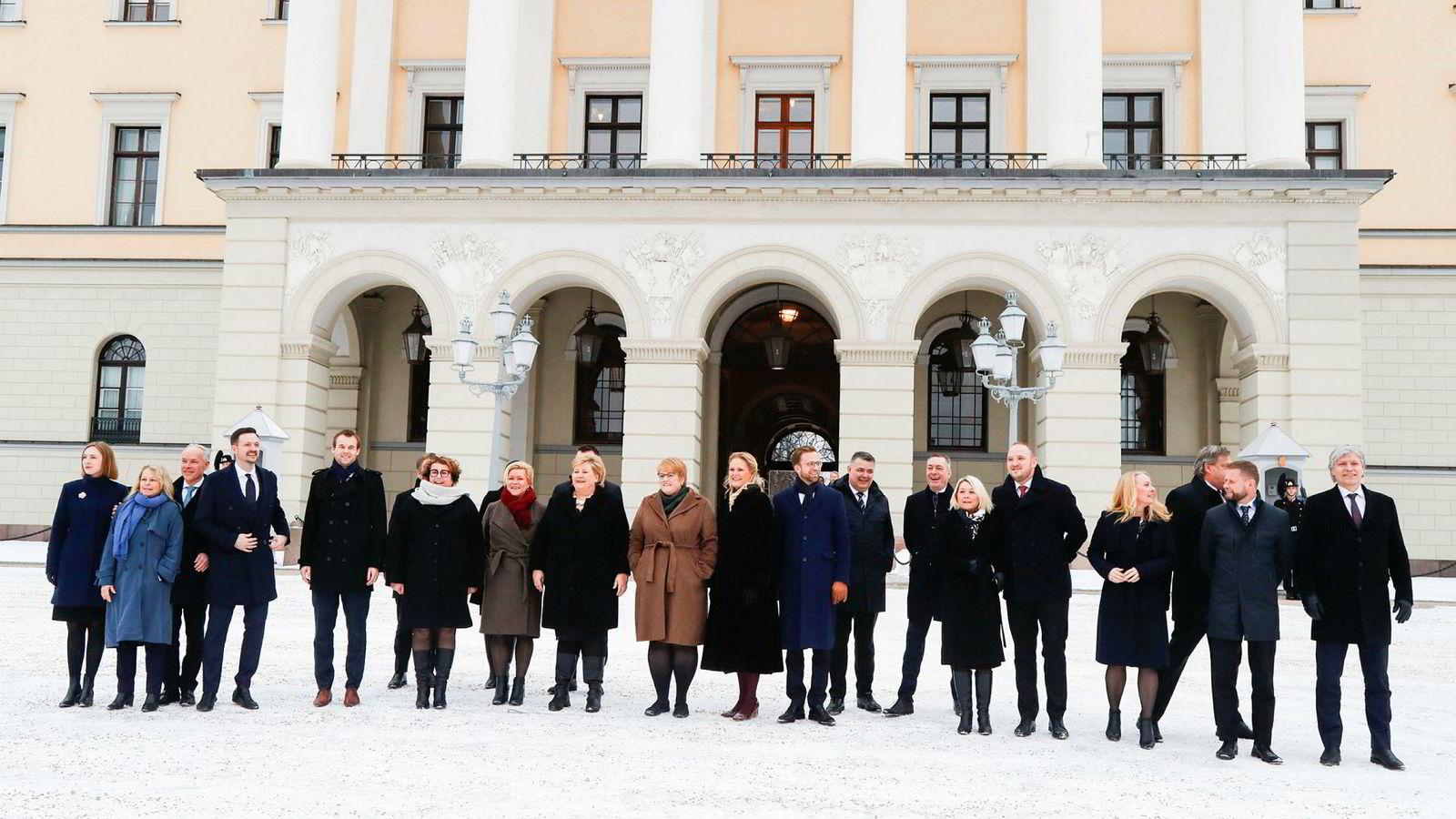 Statsminister Erna Solberg presenterte sin utvidete regjering etter ekstraordinært statsråd på Slottet tirsdag. Fra venstre Iselin Nybø (V), Åse Michaelsen (Frp), Jan Tore Sanner (H), Dag Inge Ulstein (KrF), Kjell Ingolf Ropstad (KrF), Olaug Bollestad (KrF), Siv Jensen (Frp), Erna Solberg (H), Trine Skei Grande (V), Ingvil Smines Tybring-Gjedde (Frp), Nikolai Astrup (H), Kjell-Børge Freiberg (Frp), Frank Bakke-Jensen (H), Monica Mæland (H), Jon Georg Dale (Frp), Anniken Hauglie (H), Harald Tom Nesvik (Frp). Bent Høie (H) og Ola Elvestuen.  Skjult i bakgrunnen Tor Mikkel Wara (Frp), Ine Eriksen Søreide (H) og Torbjørn Røe Isaksen (H).