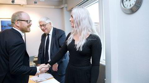 PFU behandler klagesaken mellom Sofie og VG. Sjefredaktør Gard Steiro i VG hilser på Sofie - med hennes advokat Knut Asbjørn Solevåg i bakgrunnen.