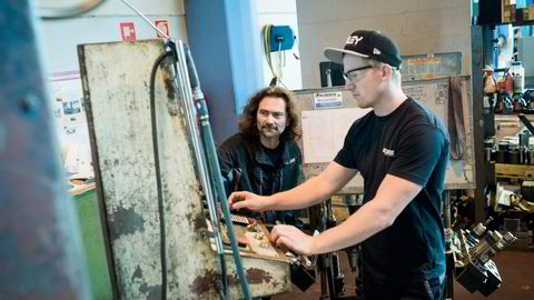 Operatør Fridtjof Holthe (til høyre) og klubbleder Ståle Borgerud på maskineringsverkstedet til Aquamarin Subsea i Vestby frykter morgendagen. Foto: Skjalg Bøhmer Vold