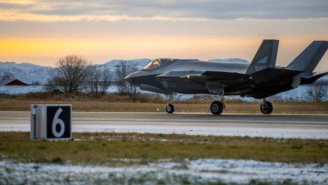 Svak kronekurs gjør innkjøpet av kampfly dyrere. På bildet lander et av de første F-35-flyene på norsk jord på Ørland flystasjon.