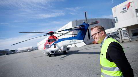 CHC Helicopter-sjef Karl Fessenden foran et av selskapets EC 225-helikoptre som er satt på bakken som følge av dødsulykken med søsterhelikopteret på Sotra. Foto: Tomas Alf Larsen
