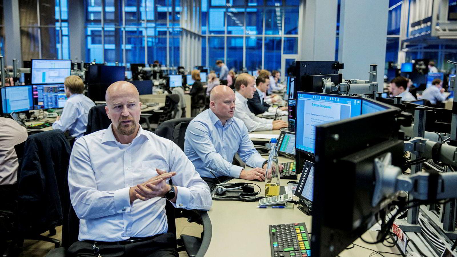 Oljeanalytiker Torbjørn Kjus og råvaresjef Nils Fredrik Hvatum i DNB Markets sitter spente på råvaredesken hos DNB Markets i forkant av oljekartellet Opecs toppmøte i november i fjor.