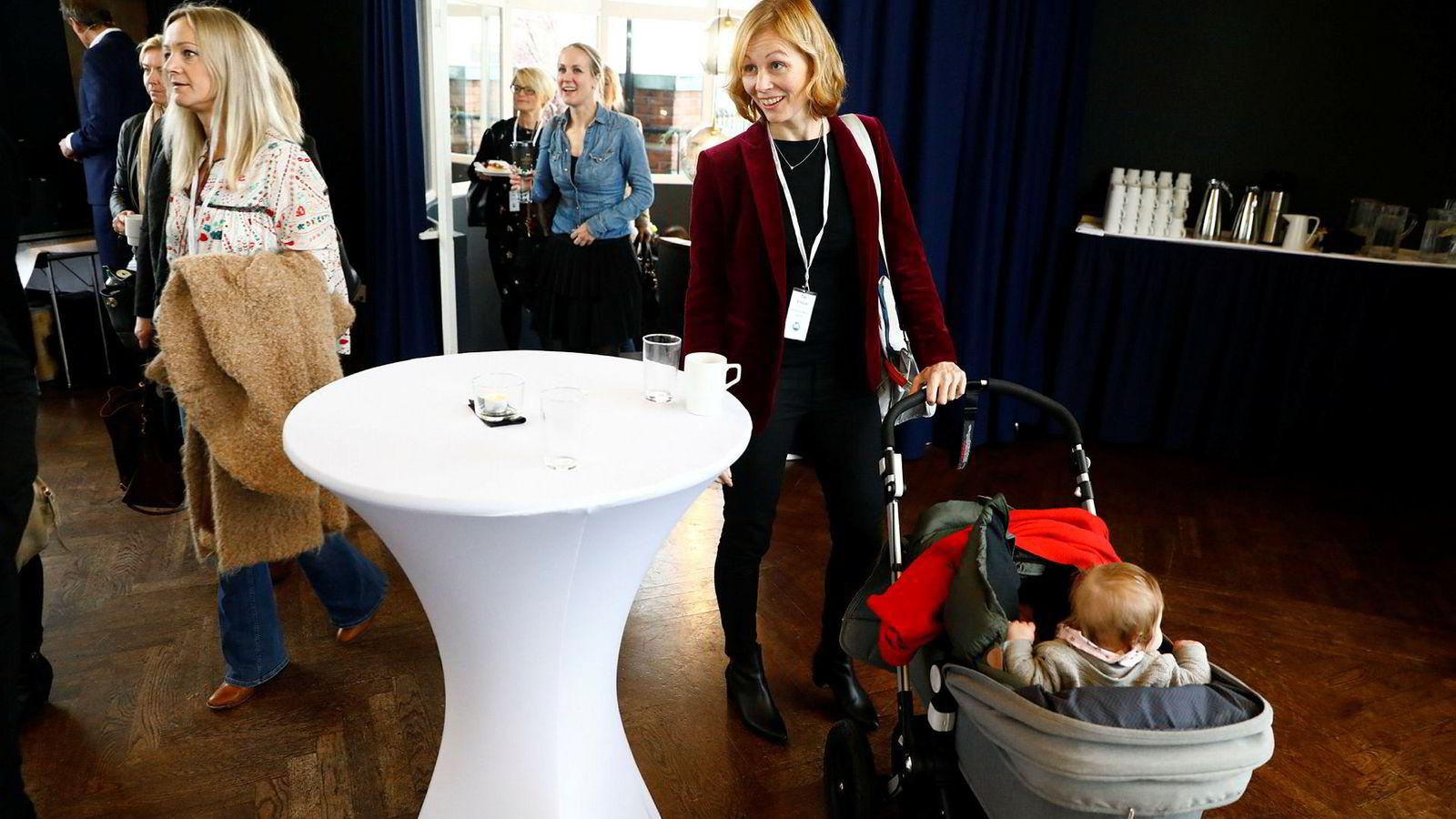 Her ankommer Tina Stiegler fra konsernledelsen i Schibsted en debatt i regi av Medienettverket for kvinner.