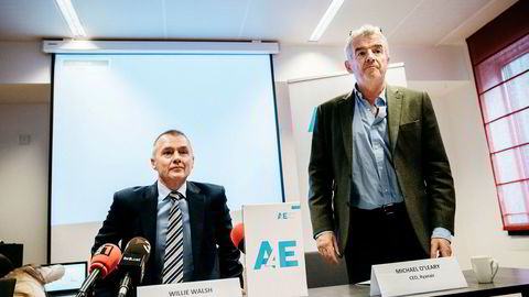 Fra venstre: Willie Walsh, toppsjef i International Airlines Group (IAG), og Ryanair-sjef Michael O'Leary. De to holdt en pressekonferanse i Brussel onsdag om strikebølge blant flygeledere i EU.