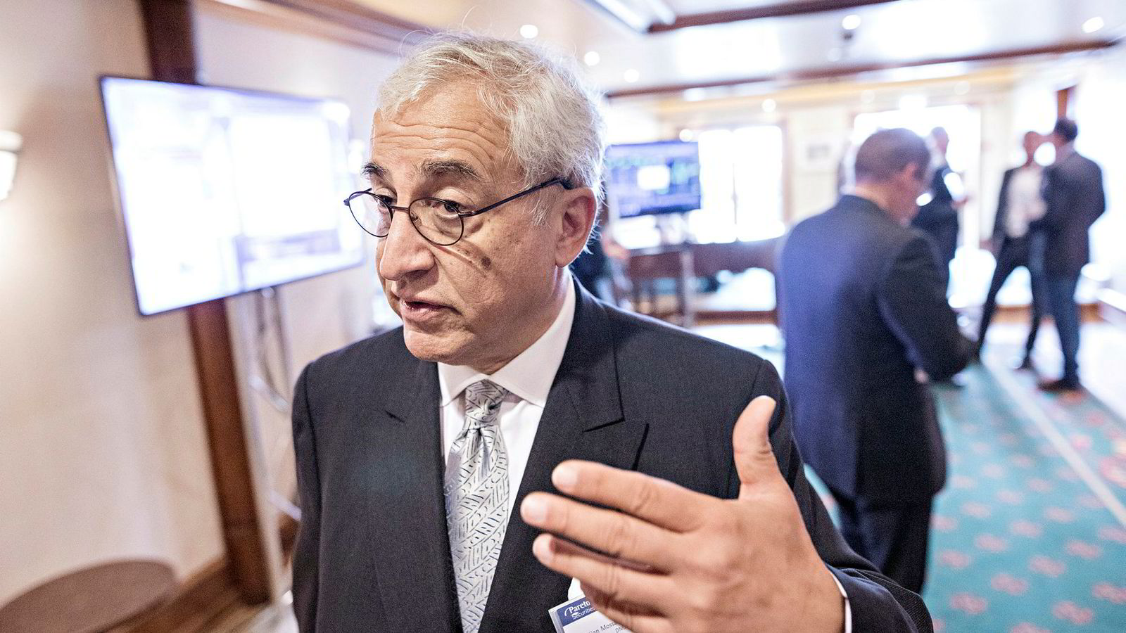 Styreleder og storeier Bijan Mossavar-Rahmani i DNO har lagt inn bud på oljekonkurrenten Faroe. Han ønsker ikke selv å kommentere på Faroes nye byttehandel.