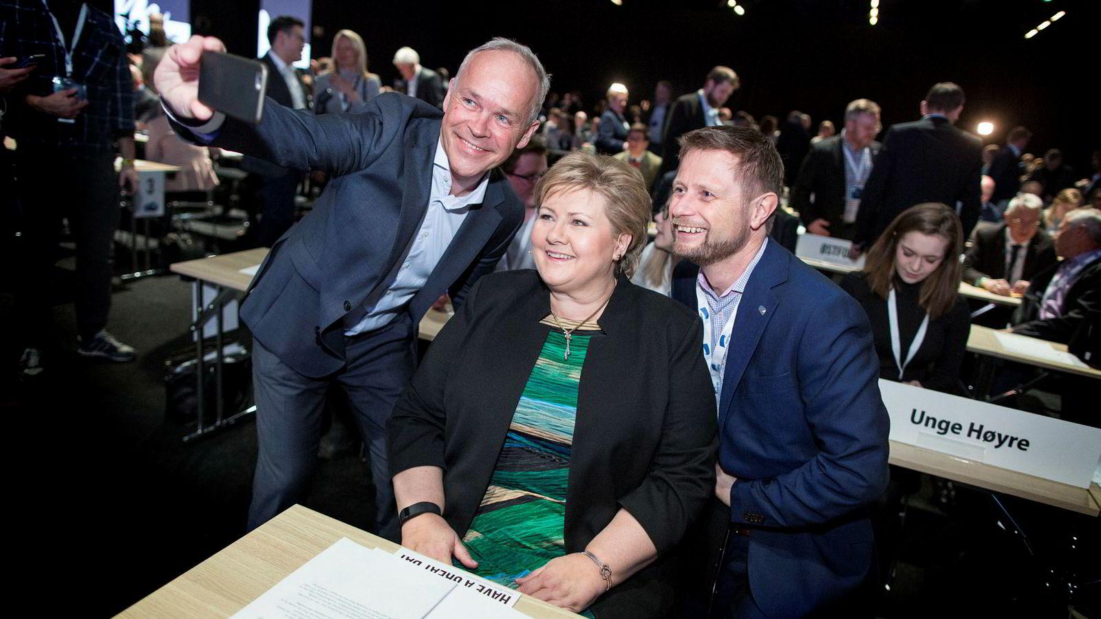Høyre betaler annonser på Facebook for å påvirke KrF til å la Høyre få beholde regjeringsmakten. De skriver sinte kronikker, og statsministeren gir intervjuer om KrFs «maktbehov» og «mangel på demokrati». Her statsminister Erna Solberg med nestlederne Jan Tore Sanner (til venstre) og Bent Høie.