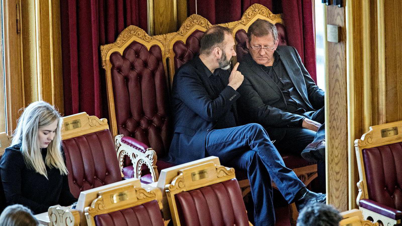 Jorodd Asphjell (til høyre) leder valgkomiteen i Trøndelag Ap, der et forslag om å velge Trond Giske (til venstre) til ny nestleder i fylkespartiet skaper strid. Her er de to i samtale i stortingssalen under en spørretime i fjor.