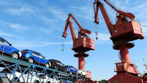 Biler blir eksportert fra en havn i Lianyungang i Kina.
