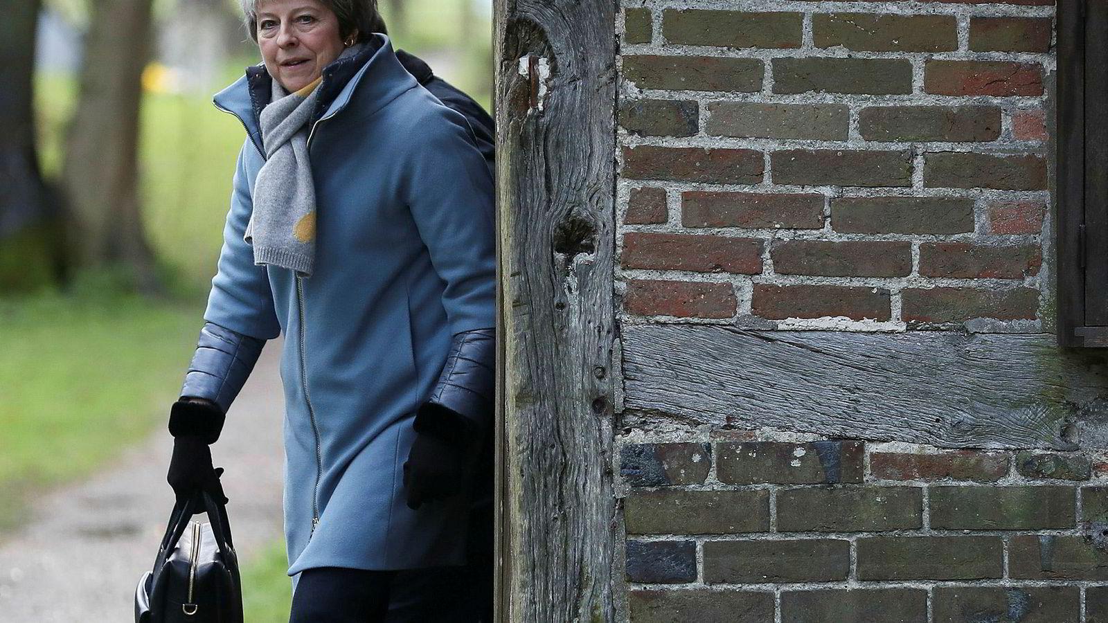 Storbritannias statsminister Theresa May på vei ut av kirken 10. mars. Men hennes bønn om at parlamentet måtte si ja til den nye brexit-avtalen med EU ble ikke hørt.