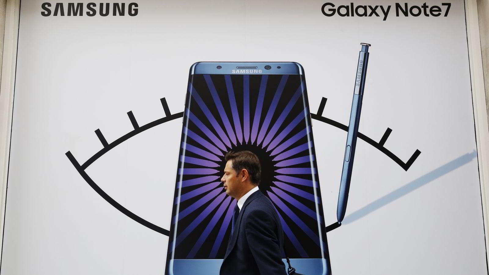En person spaserer forbi en reklameplakat for  Galaxy Note 7 i London, 2. september. Foto: Luke MacGregor/