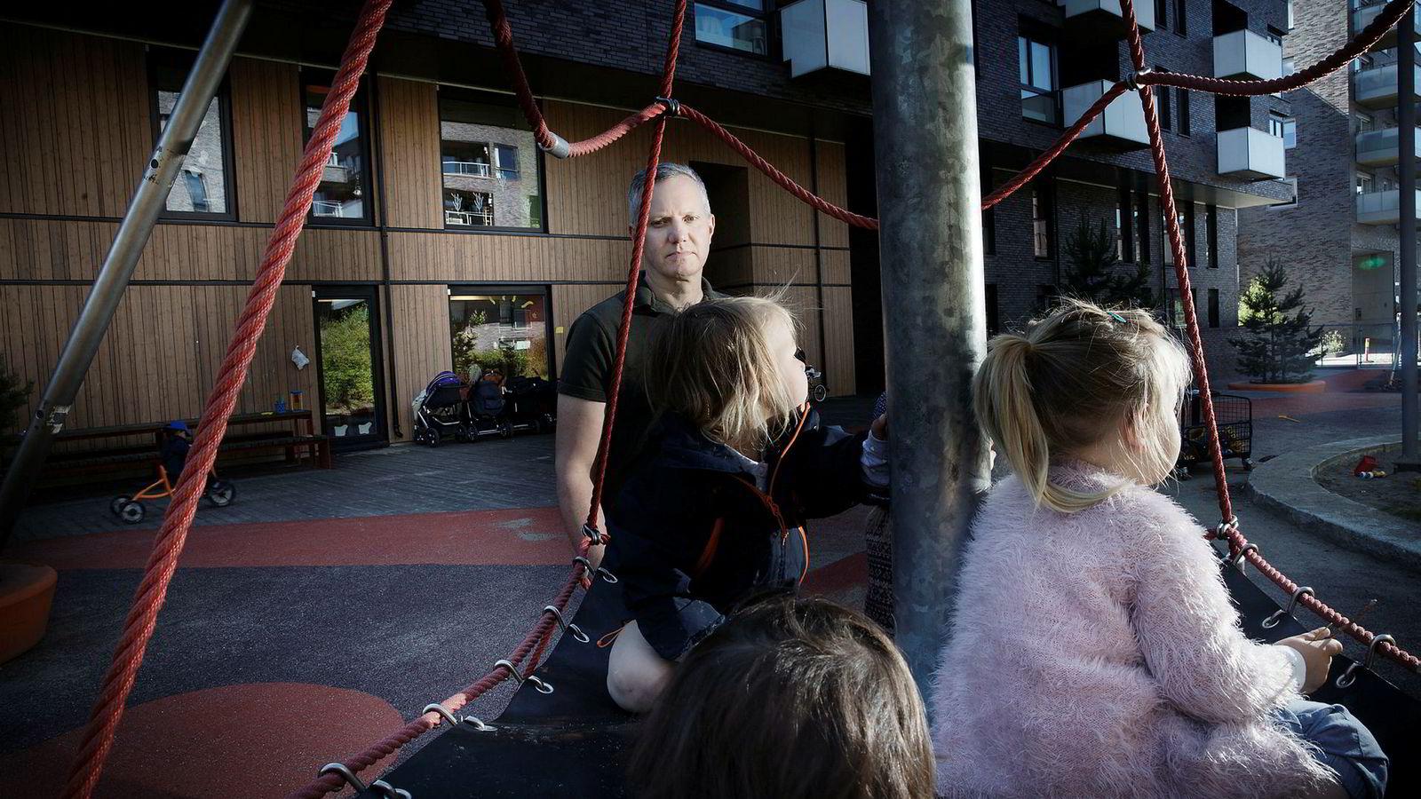 Barnehagekjempen Læringsverkstedet økte i årets ni første måneder inntektene kraftig. Gründer og toppsjef Hans Jacob Sundby må nå sørge for at barnehagene tilpasser seg den nye bemanningsnormen.