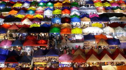 Thailand er kjent for vakre strender, turkist hav og ikke minst billige skreddere. Bildet er fra et marked i Bangkok.