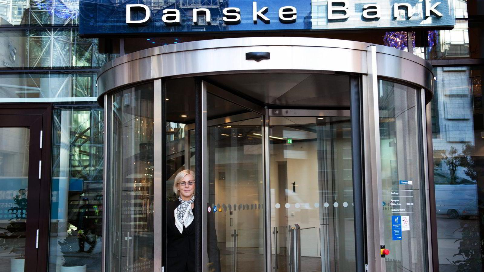 Danske Banks Norge-sjef Tone Lunde Bakker vil gi høyt utdannede en rentegaranti fra nyttår. – Det blir et bikkjeslagsmål, sier informasjonssjef Stian Arnesen.