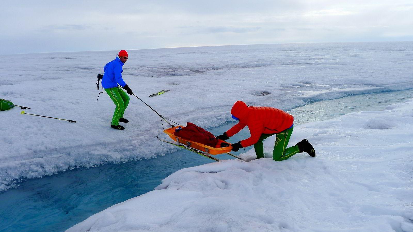 Snøsmelting førte til en mengde småbekker og etterhvert store elver som måtte krysses eller gås rundt for å komme frem til vestkysten. To av ekspedisjonens tre deltagere, Ivar Tollefsen og Trond Hilde, jobber for å holde oppe rekordtempoet.