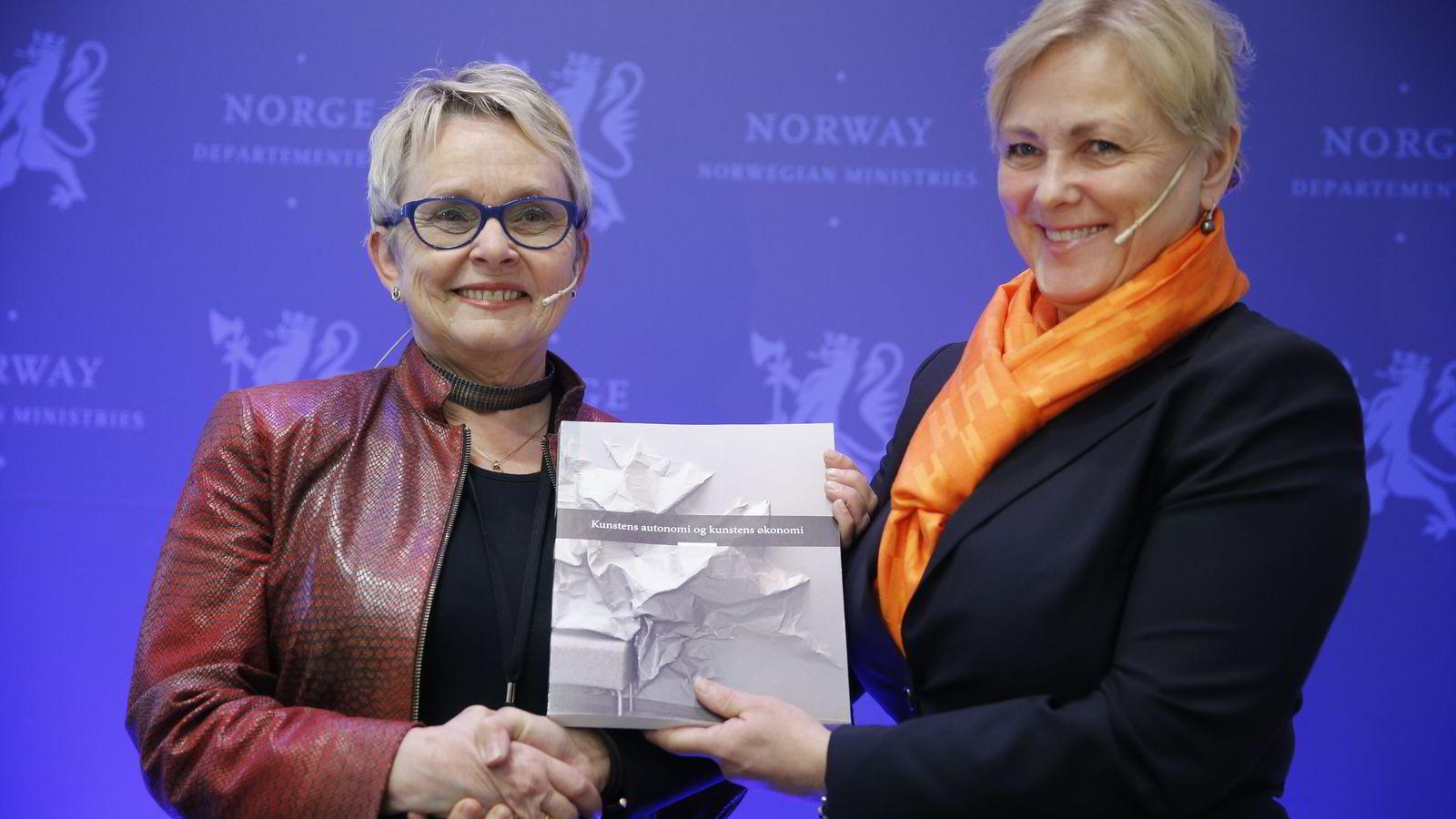 Kulturminister Thorild Widvey mottok torsdag en utredning om kunstnerlønninger fra Vigdis Moe Skarstein (t.v). Foto: Terje Pedersen /