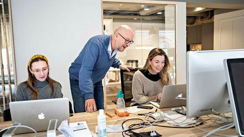 Tekstforfatter Thea Bjørndal Iversen (til venstre) og art director Anette Bellika Finnanger tøyser med sjefen, reklametopp Kjetil Try.