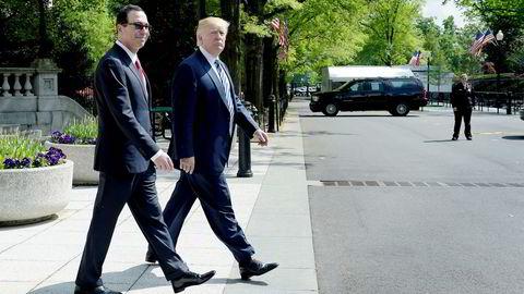 President Donald Trump og finansminister Steven Mnuchin fotografert ved en tidligere anledning. Mnuchin benekter at Trump vil sparke sentralbanksjef Jerome (Jay) Powell.