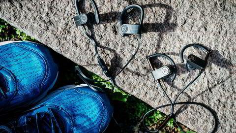 Powerbeats3 og Beoplay Earset er ganske like ørepropper, men den ene koster mer enn det dobbelte av den andre. Vi ser om forskjellen er verd pengene. Foto: Fartein Rudjord