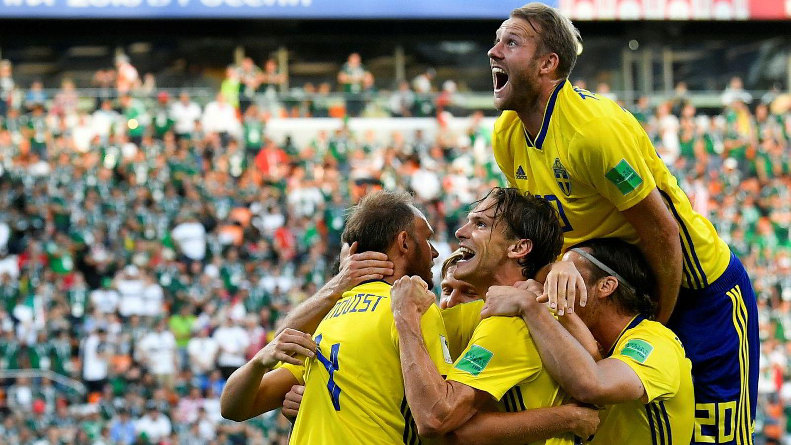 Andreas Granqvist (til venstre) jubler med lagkameratene etter Sveriges brakseier mot Mexico i fotball-VM onsdag.