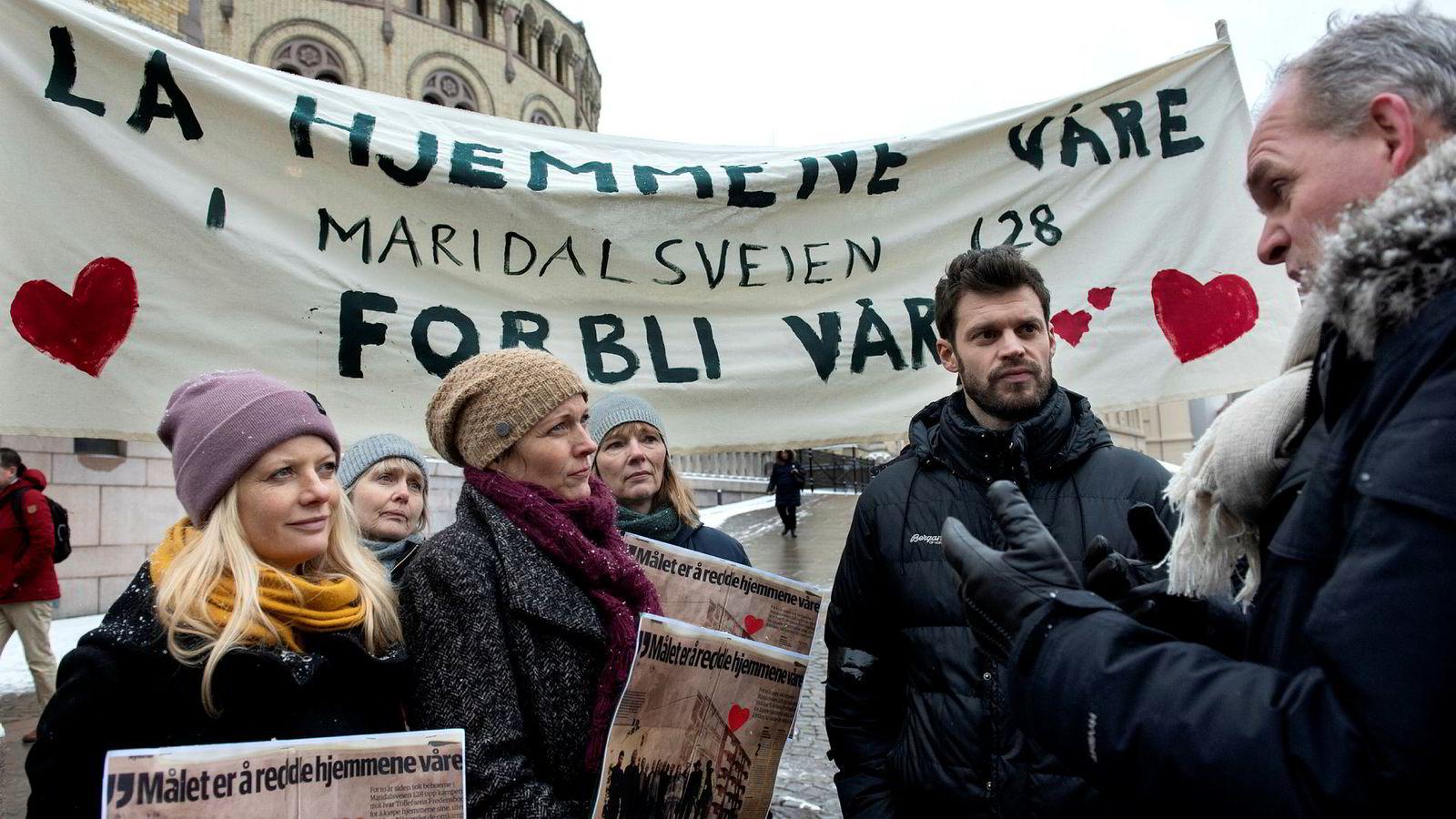 Beboere i en Tollefsen-gårdene troppet opp utenfor Stortinget under høringen om ny leiegårdslov. Her sammen med Bjørnar Moxnes (Rødt) som nå er kritisk til at lovforslaget ble forkastet.