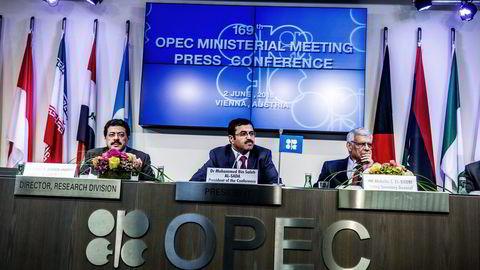 Fra venstre: Dr. Omar S. Abdul-Hamid, direktør i forskningsavdelingen i OPEC, Mohammed Bin Saleh Al-Sada,  Qatars energiminister og president for OPEC-konferansen 2016 og Abdullah al-Badri, tidligere genralsekretær i OPEC. Foto: Fartein Rudjord
