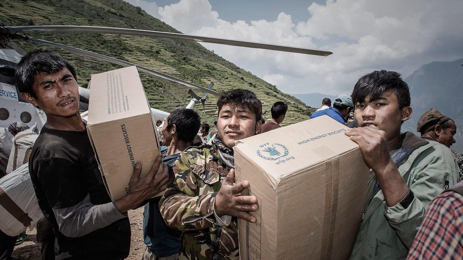 Den grunnleggende sannheten om bistand er at den fungerer, og ofte på briljant vis, men at den er kronisk underfinansiert, skriver Jeffrey Sachs, som er bekymret for at mange av de nordiske landene krever kutt i bistand. Her lempes nødhjelp fra Verdens matvareprogram av et helikopter i den nepalske landsbyen Kerauja. Foto: Philippe Lopez, AFP/NTB Scanpix