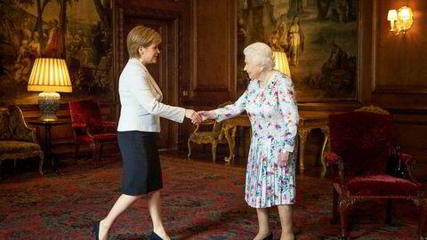 Skottlands førsteminister Nicola Sturgeon (til venstre), her med dronning Elizabeth, er bekymret etter at Boris Johnson ble britisk statsminister.