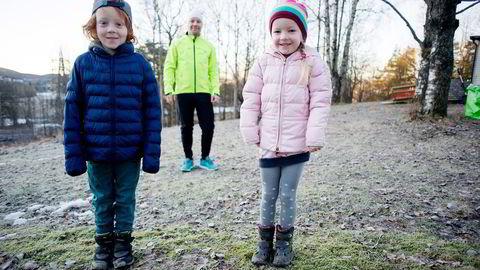 Jesper (8) og Mie Ingeborg (5) har fått aksjer i gave siden de ble født. Indeksfond er krydret med aksjer som speiler barnas interesser. Foto: Mikaela Berg