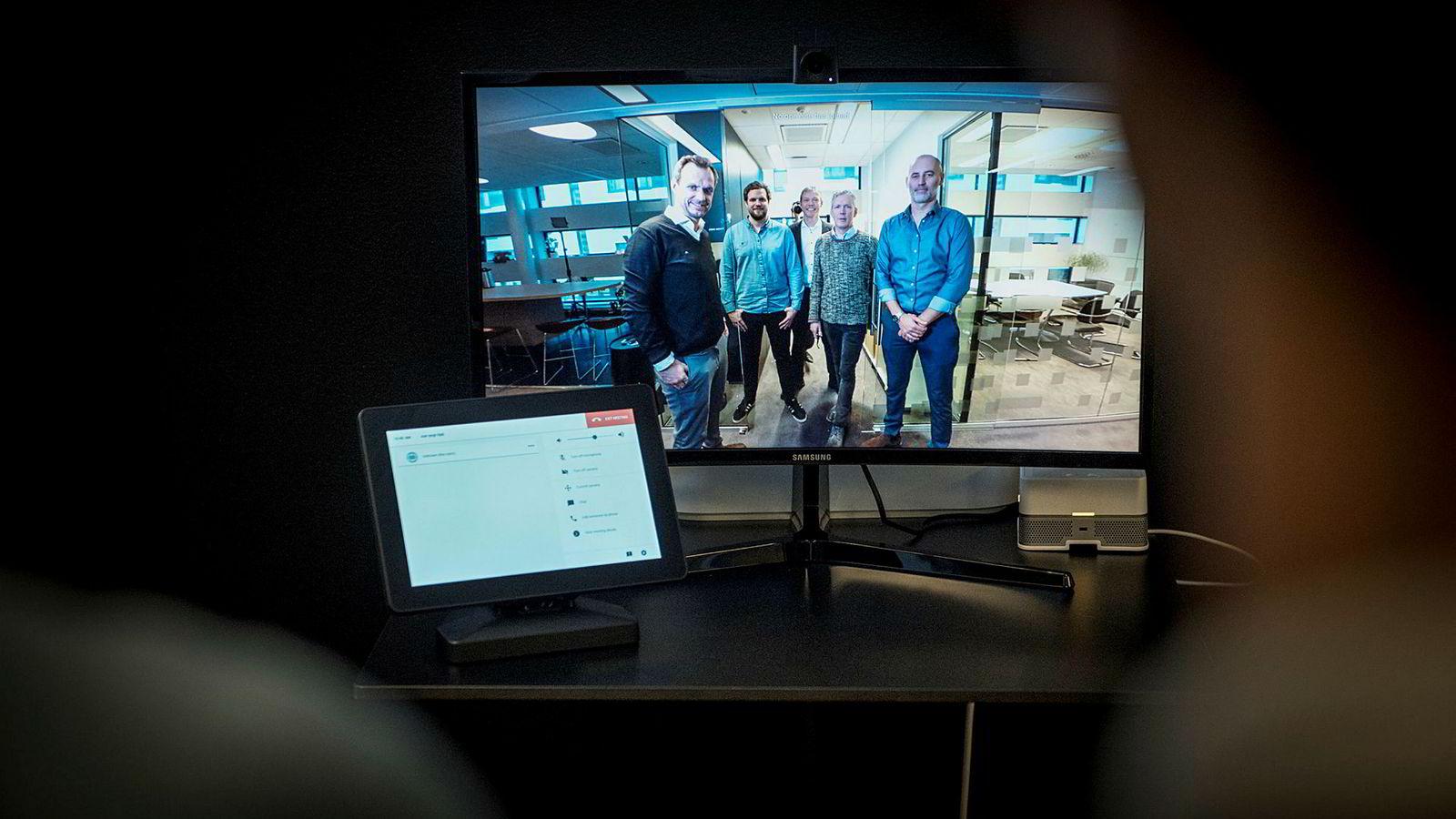 Huddlys kamera fanger en vinkel på 150 grader, og med kunstig intelligens skal de forstå hva som skjer og zoome inn på menneskene. Fra høyre: Administrerende direktør i Huddly, Jonas Rinde, Epigram-gründer Olav Djupvik, finansdirektør i Huddly Øystein Drageset, Epigram-gründer Bendik Kvamstad og utviklingssjef i Huddly Vegard Hammer.